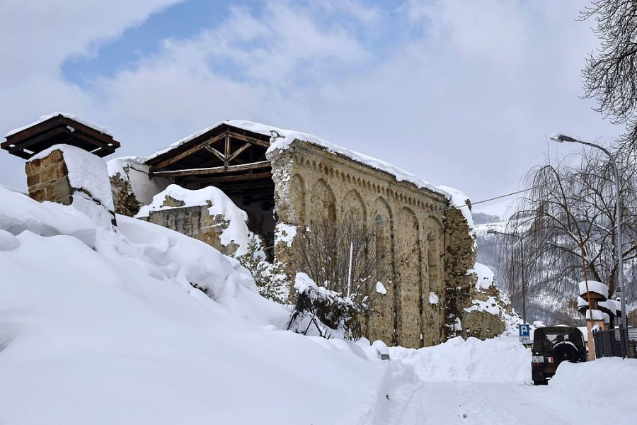 30 found dead in Italian hotel hit by avalanche after quake